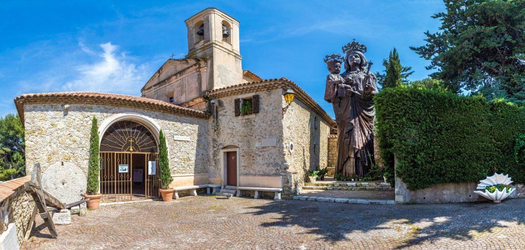La vierge en bronze (11m40 de haut) qui jouxte la chapelle a été construite en 1903 à la demande d'un riche négociant niçois à la suite de la réalisation d'un vœu. Elle a été réalisée par le sculpteur italien Tranquillo Galbusieri.